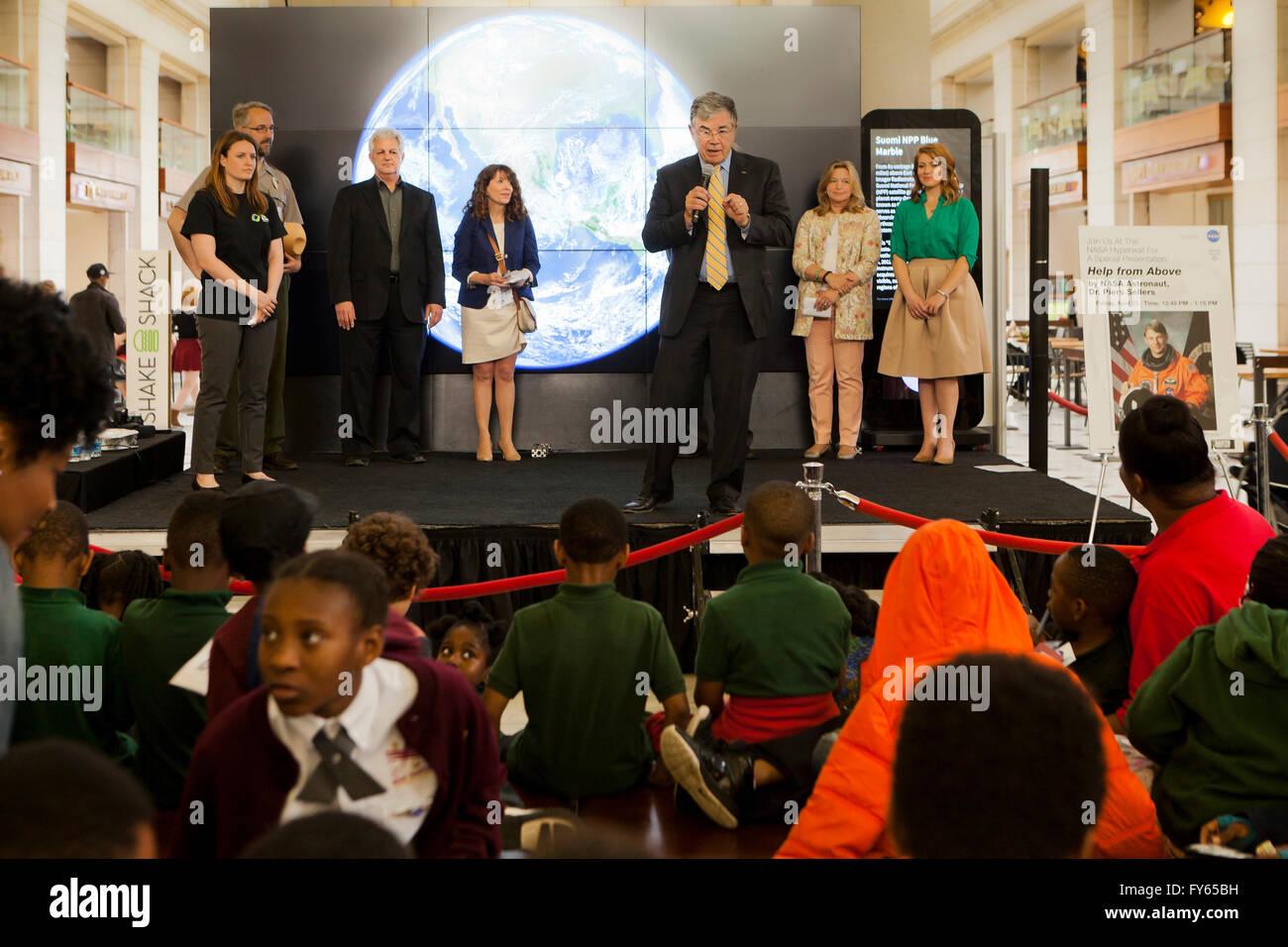 Washington DC, Estados Unidos. 22 abr, 2016. La NASA celebra el día de la tierra con el público en la Imagen De Stock
