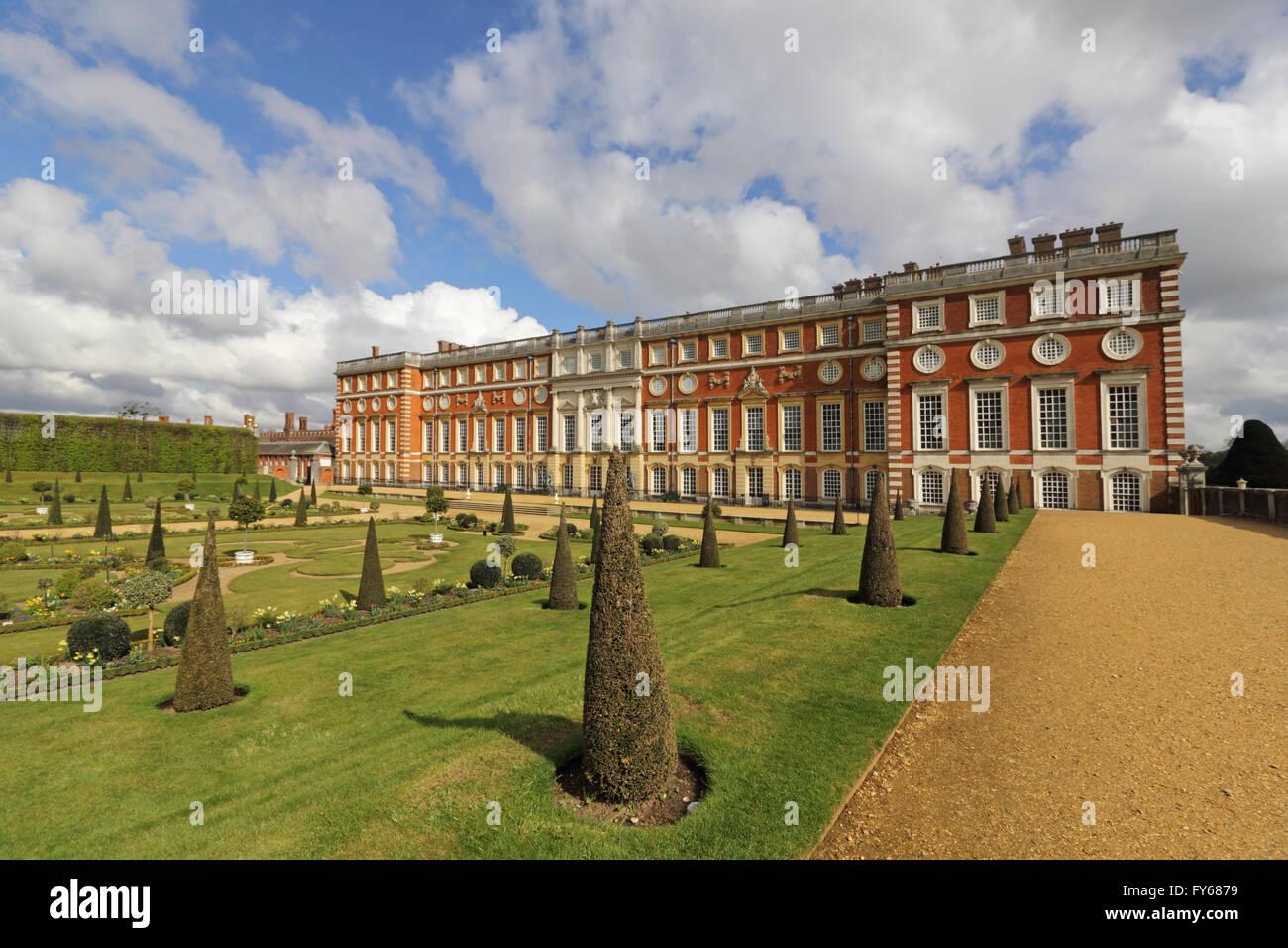 Palacio de Hampton Court, Londres, Reino Unido. 23 de abril de 2016. El bonito jardín privado y la fachada Imagen De Stock