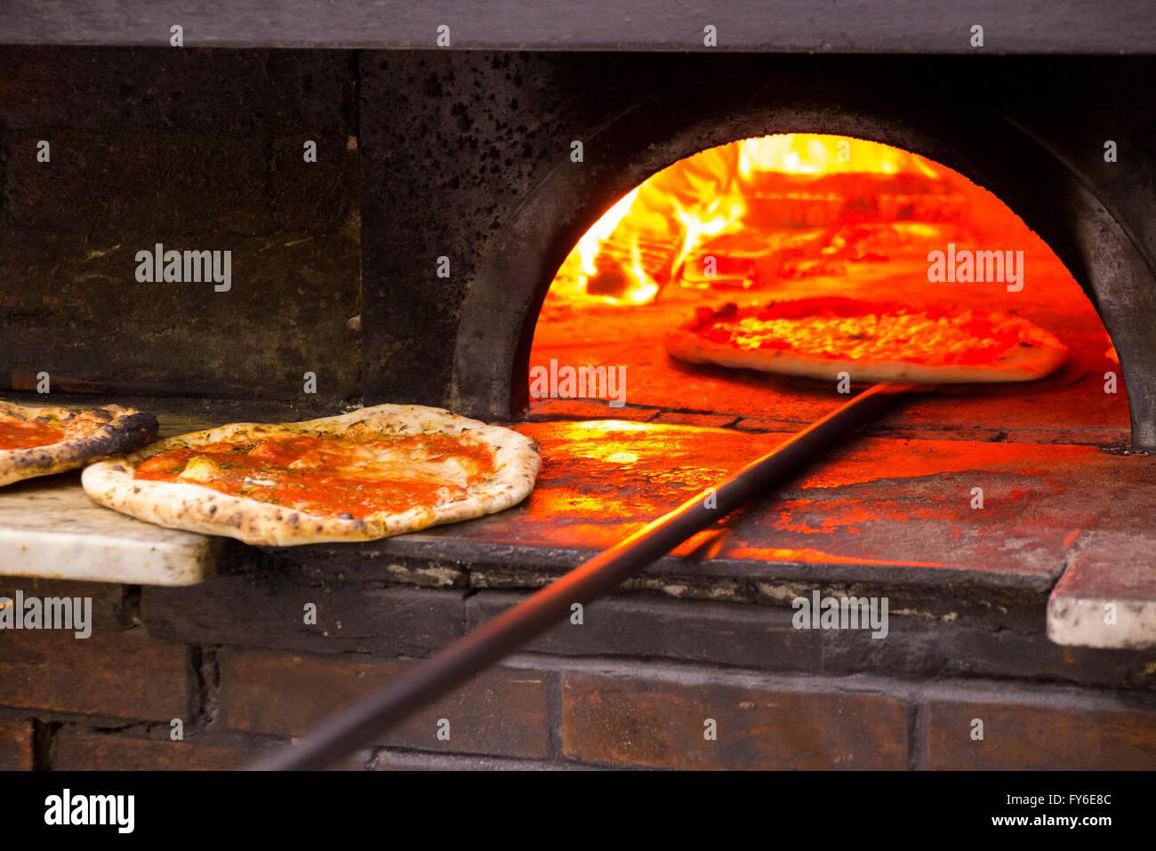Mirando dentro de un horno a leña para las pizzas pizzas que se coció en el famoso restaurante italiano en Nápoles, Foto de stock