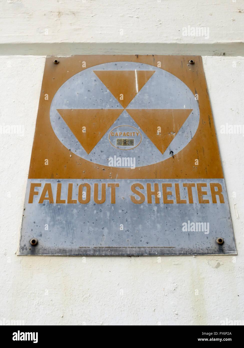 Antiguo refugio de Fallout firmar desde la época de la guerra fría se oxida lentamente como se cuelga Imagen De Stock
