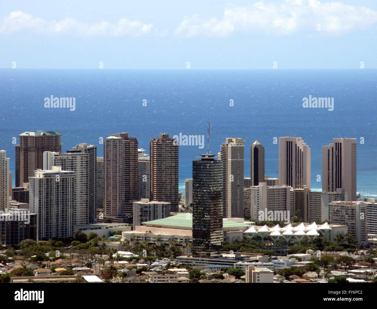 Centro de Convenciones, Waikiki, Honolulu paisaje con vistas del Océano Pacífico en un gran día en la isla de Oahu, en el estado Foto de stock