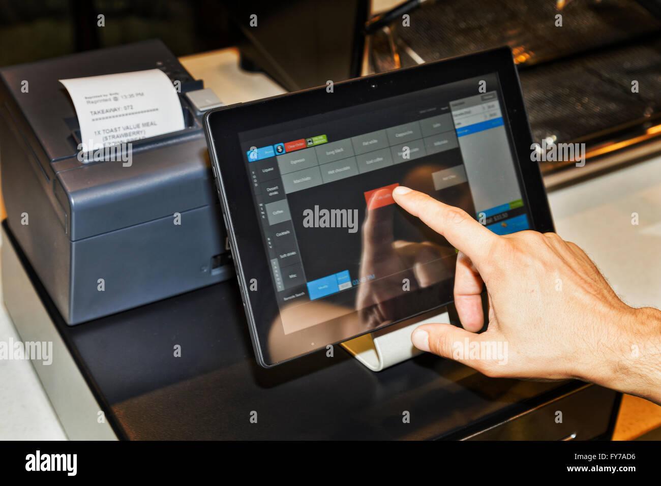 Terminal de punto de venta (POS) en el café cafe camarero sirviendo a clientes cuando la mano y tocar la pantalla Imagen De Stock