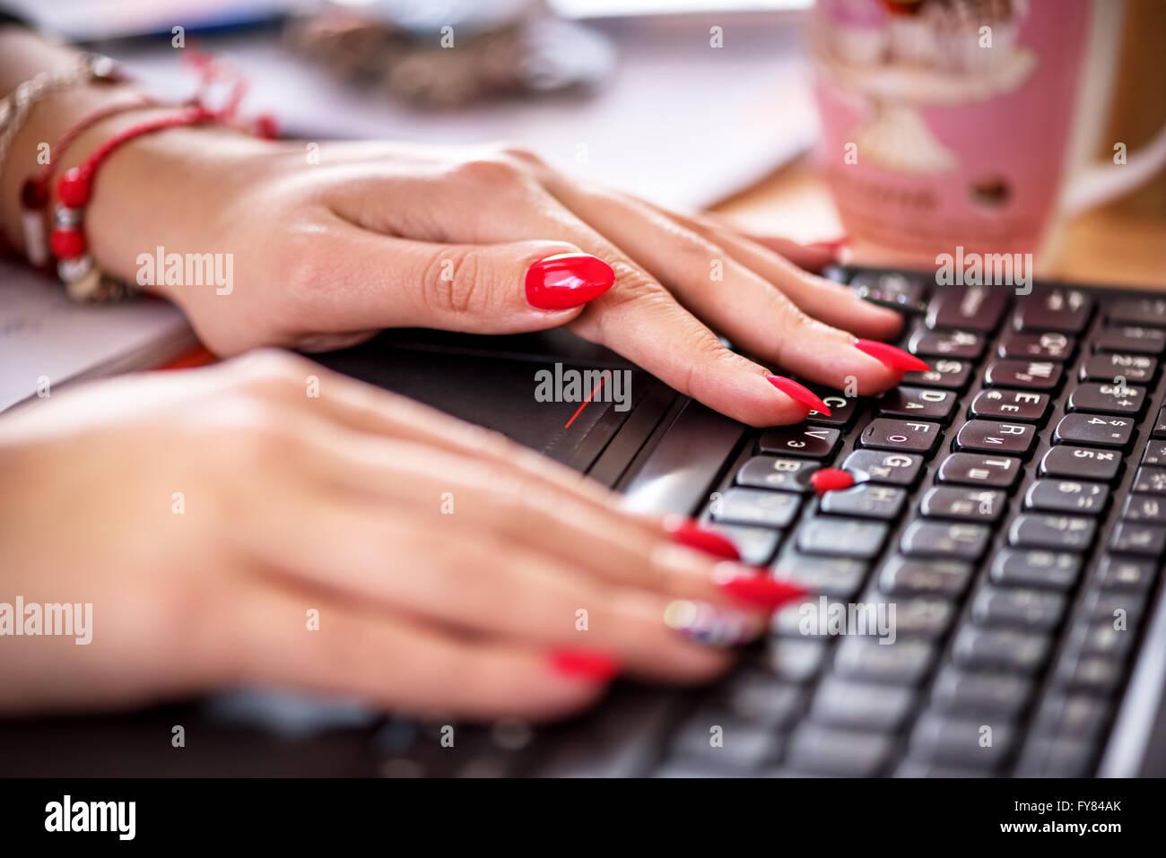 Trabajador de oficina femenina escribiendo en el teclado. Foto de stock