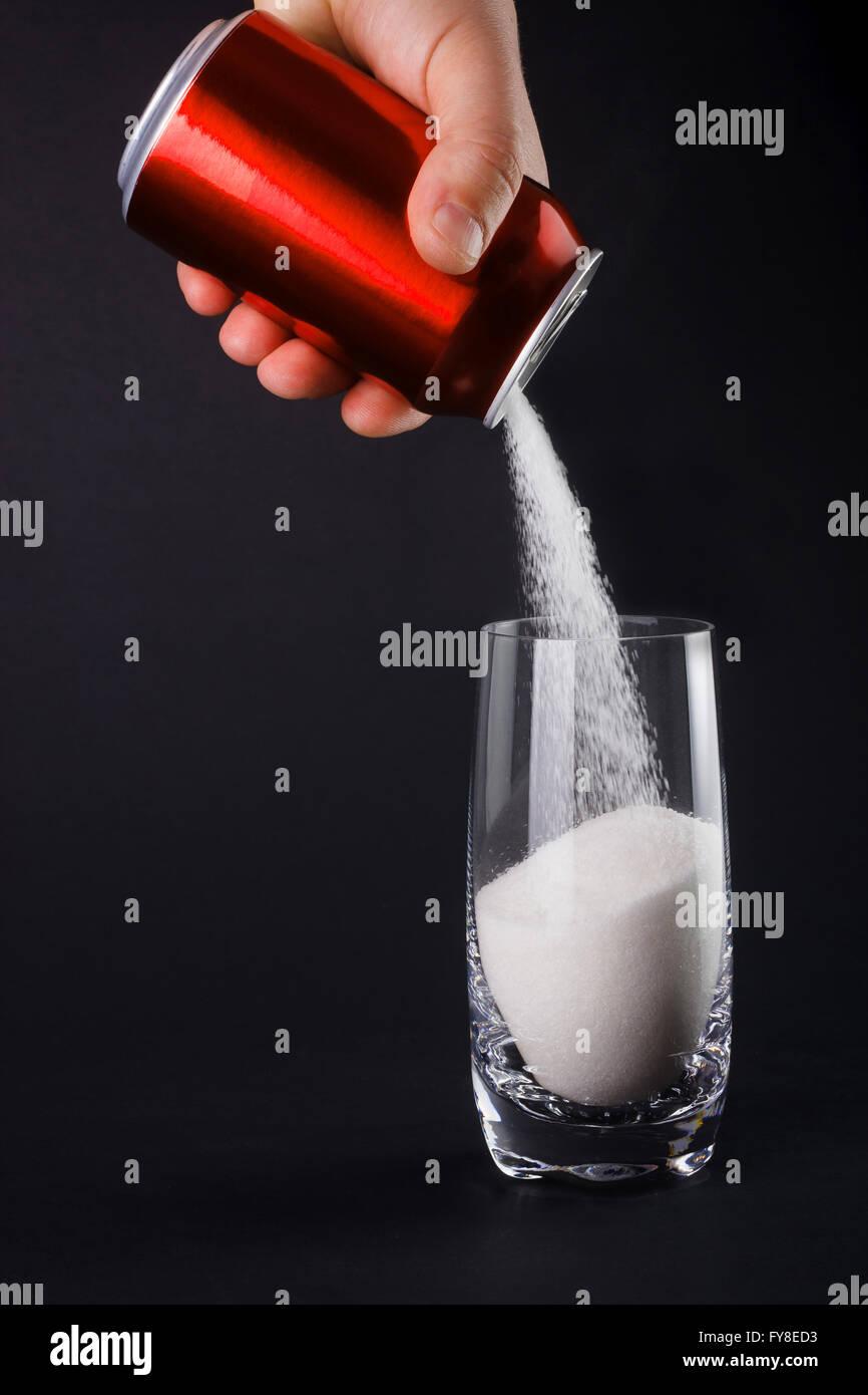 Concepto de alimentos insalubres - azúcar en bebidas carbonatadas. Gran cantidad de azúcar en las bebidas Foto de stock