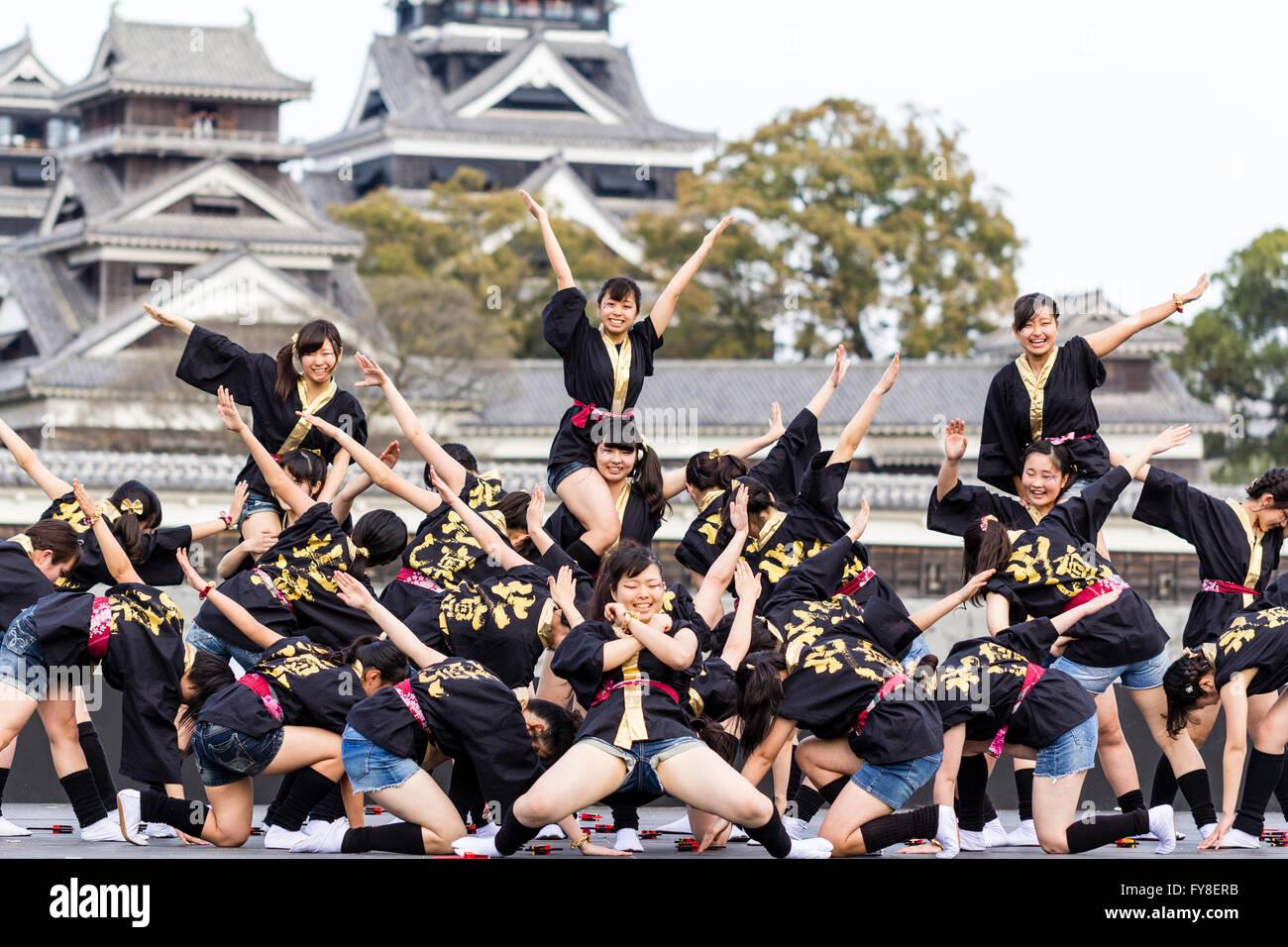 Japón, Kumamoto. Hinokuni Yosakoi Festival. Adolescente troupe bailando en el escenario, la gran final del Imagen De Stock