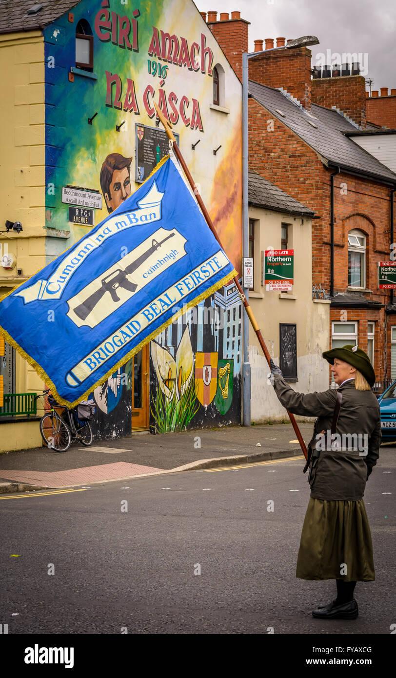 Hembra llevando Republicano Irlandés Cumann na mBan bandera en Falls Road  de Belfast durante la Pascua 409042b5ba9