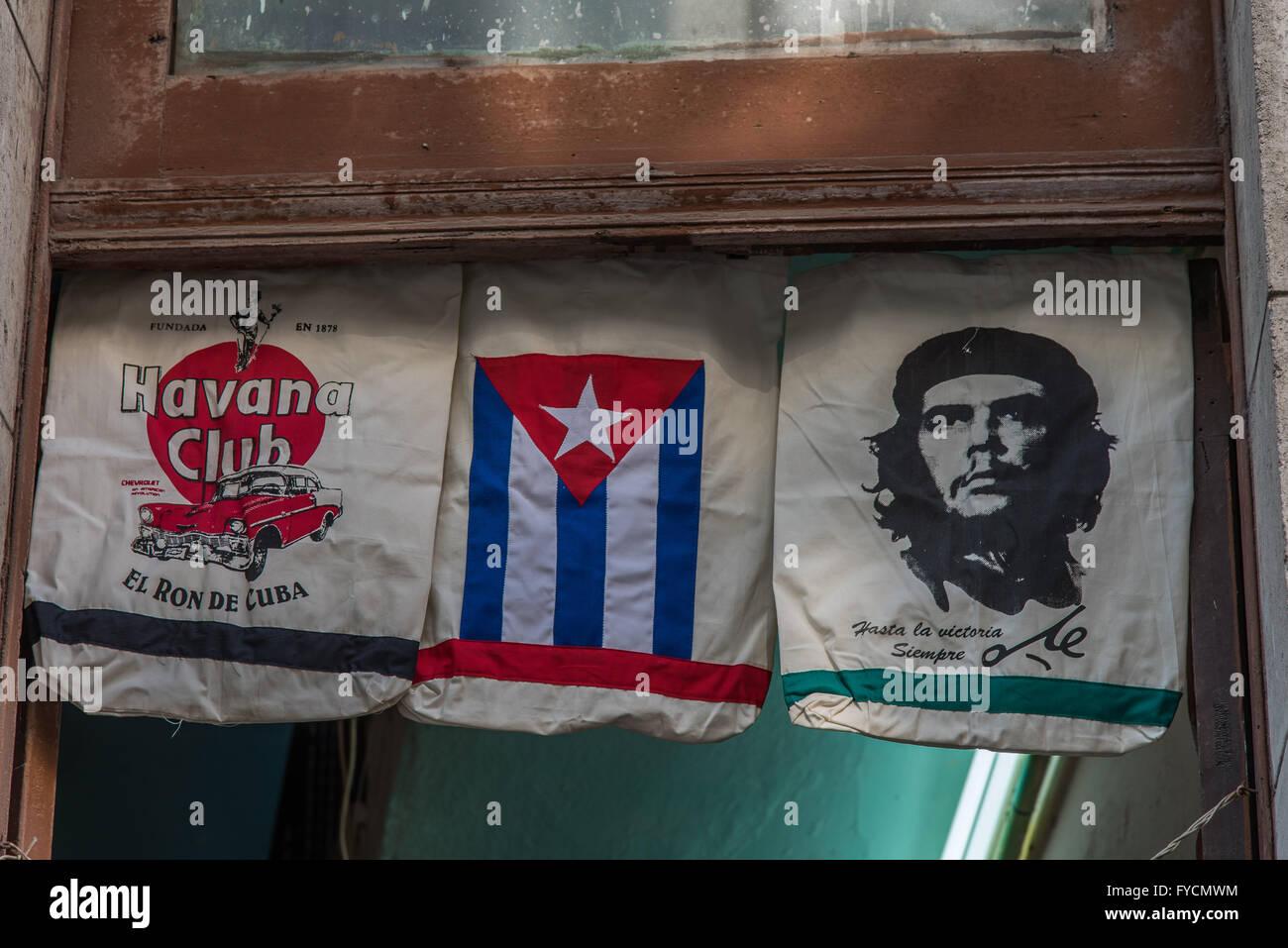 Tres imágenes cubanas icónica. El ron Havana Club, la bandera y el Che Guevara. Todos muestran en bolsos Imagen De Stock