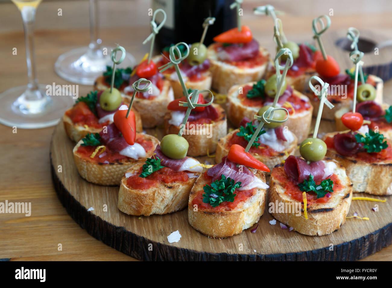 Pinchos, tapas, canapés, español parte finger food Foto de stock