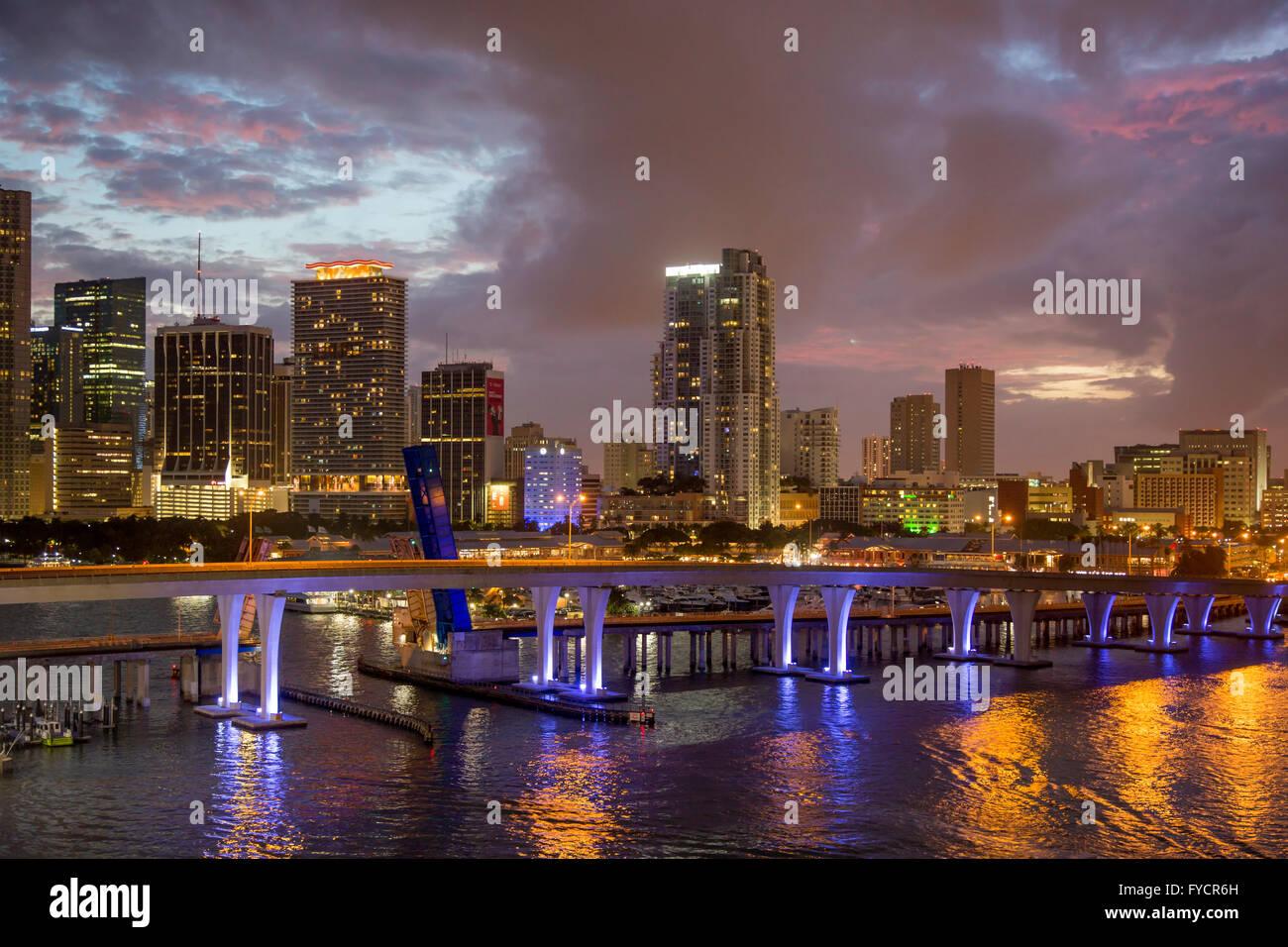 Crepúsculo sobre el puerto y los edificios de Miami, Florida, USA. Imagen De Stock