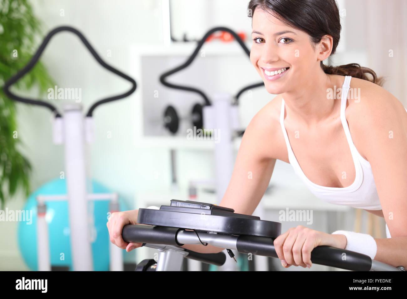 Joven morenita haciendo fitness en un gimnasio Imagen De Stock