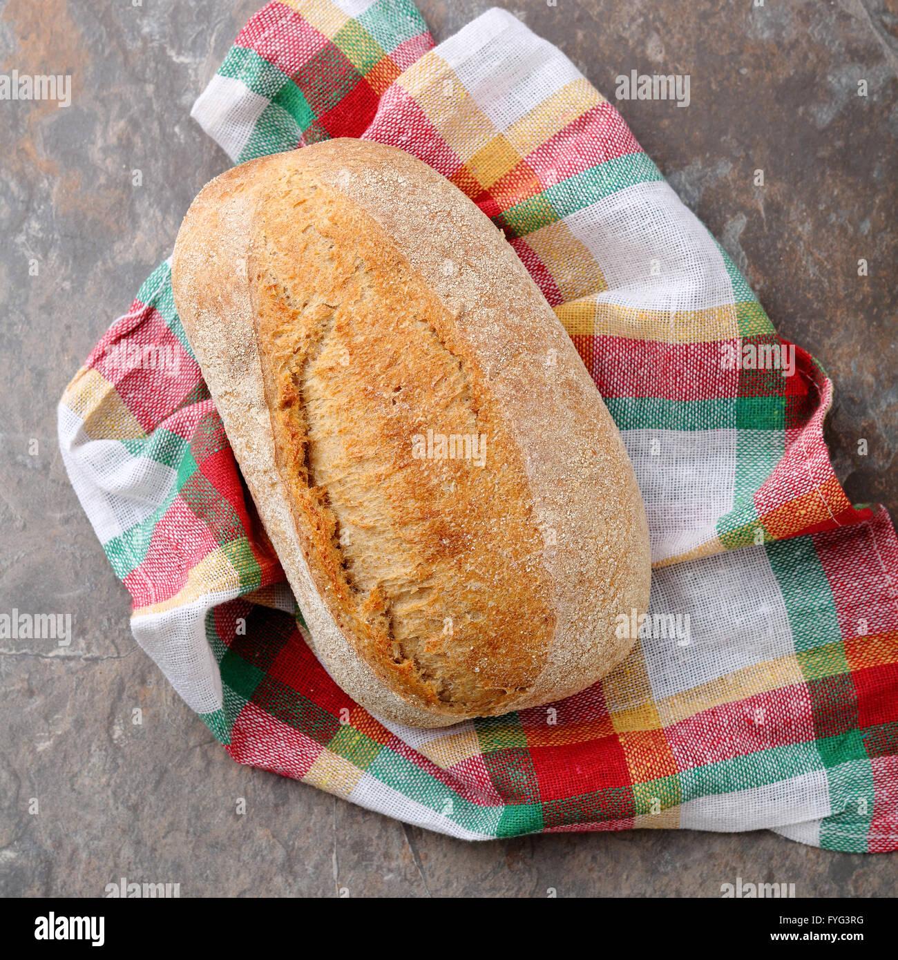 Todo el pan italiano en una servilleta de cerca Imagen De Stock
