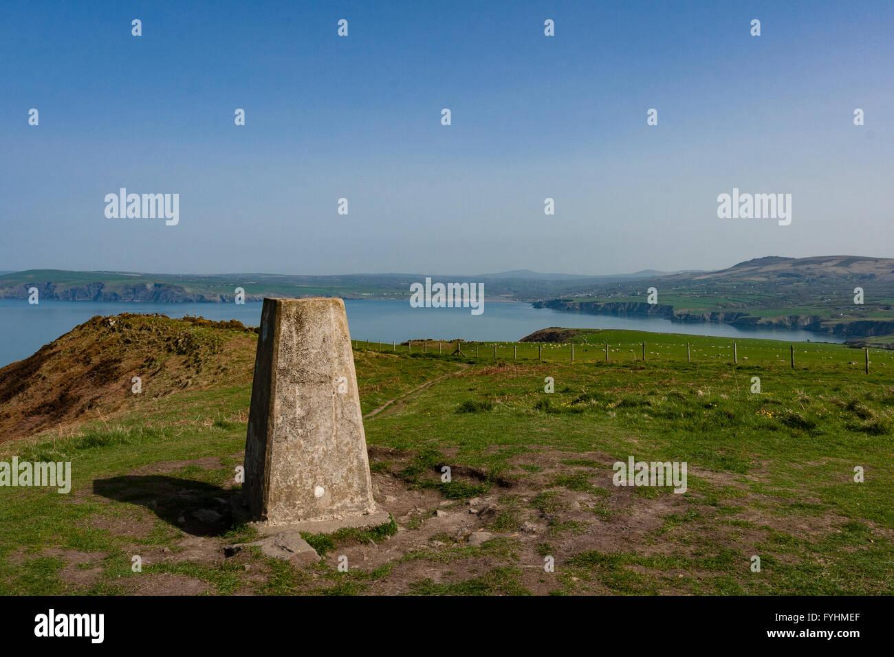 Trig point, en el Lápiz y ventilador, Jefe Dynas, en la ruta de la costa de Gales, Parque Nacional de la costa Imagen De Stock