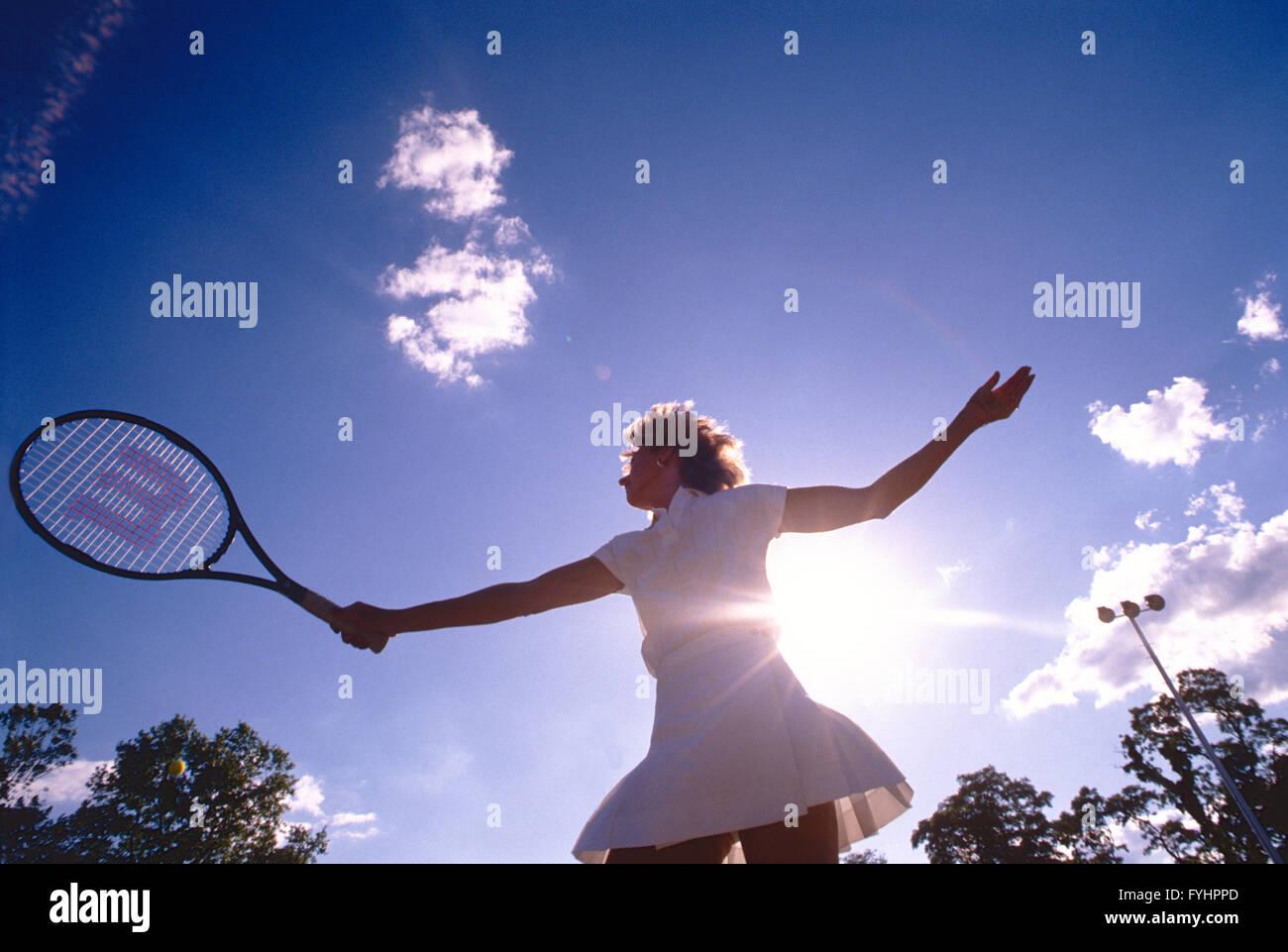 Jugador de tenis femenino de golpear la bola con una raqueta Imagen De Stock