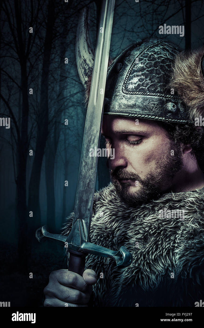 La paz, guerrero Vikingo, hombres vestidos en estilo bárbaro con espada, barbudo Imagen De Stock