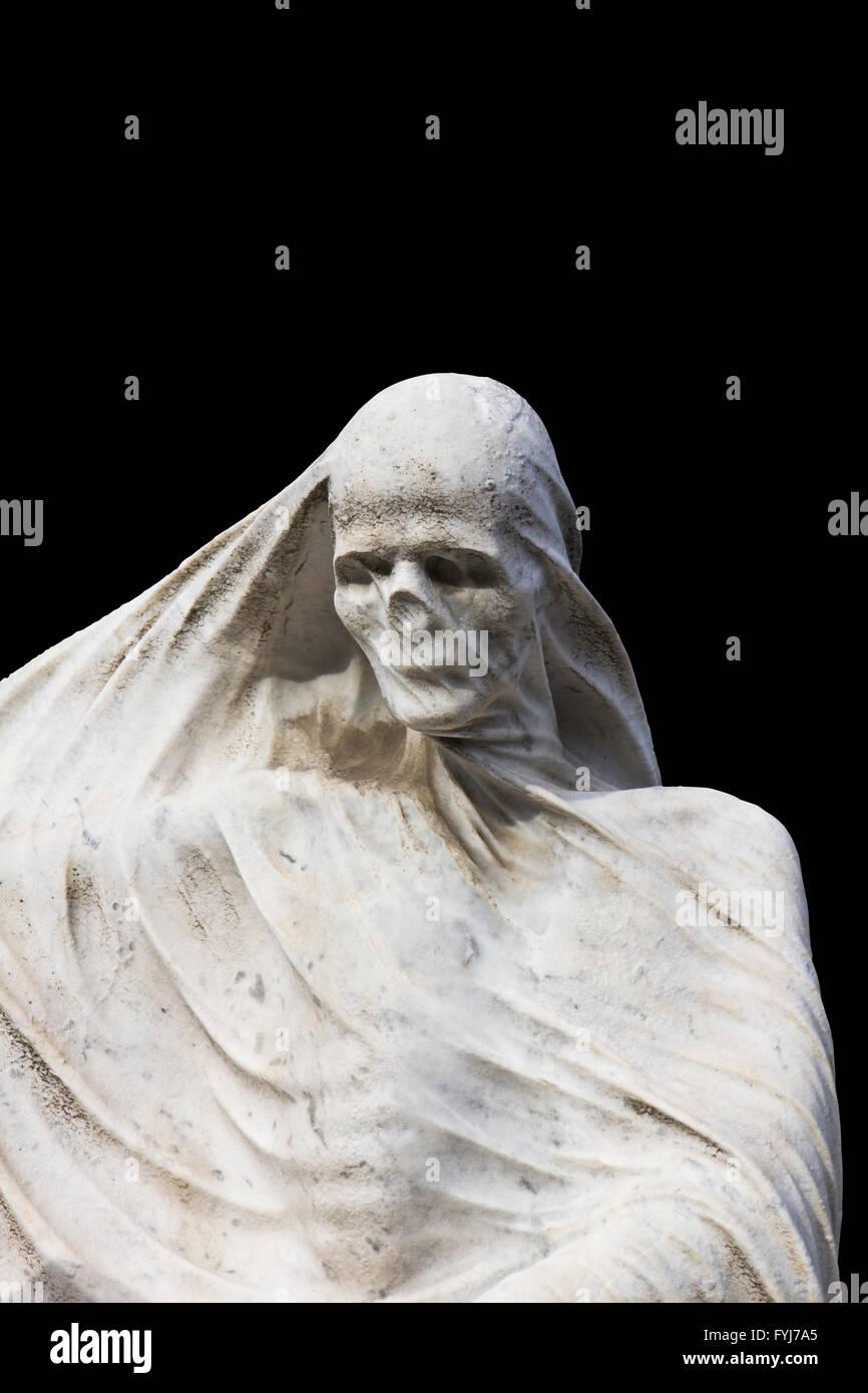 Estatua de la muerte, centrándose en la cabeza y el torso de cráneo con un velo sobre fondo negro aislado Imagen De Stock