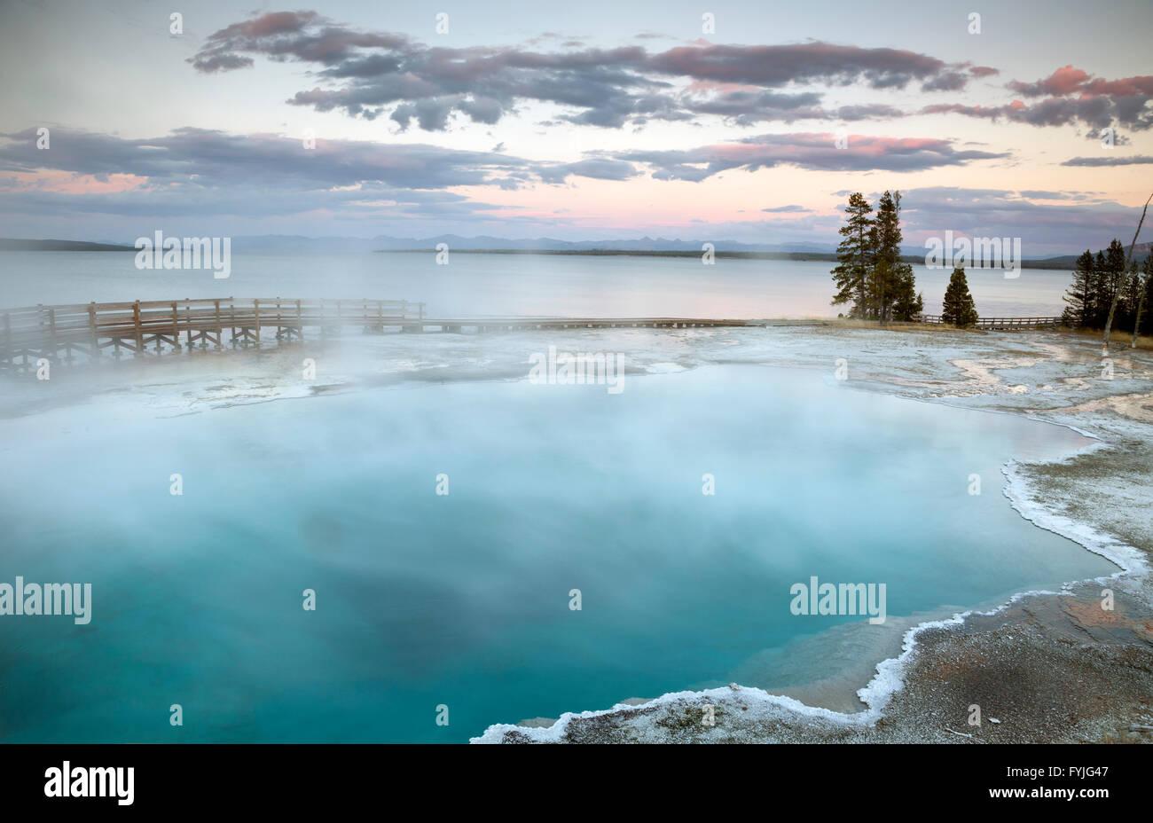 WYOMING - Noche en la piscina negra en la orilla del lago Yellowstone en el West Thumb Geyser Basin en el Parque Imagen De Stock