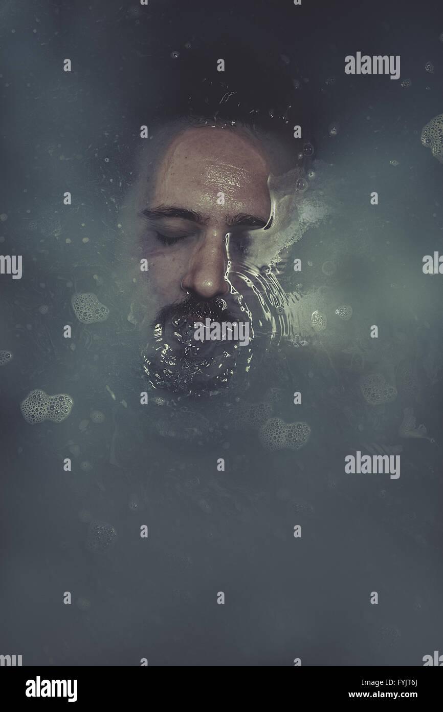 Concepto de suicidio, el hombre sumergido en agua azul Foto de stock