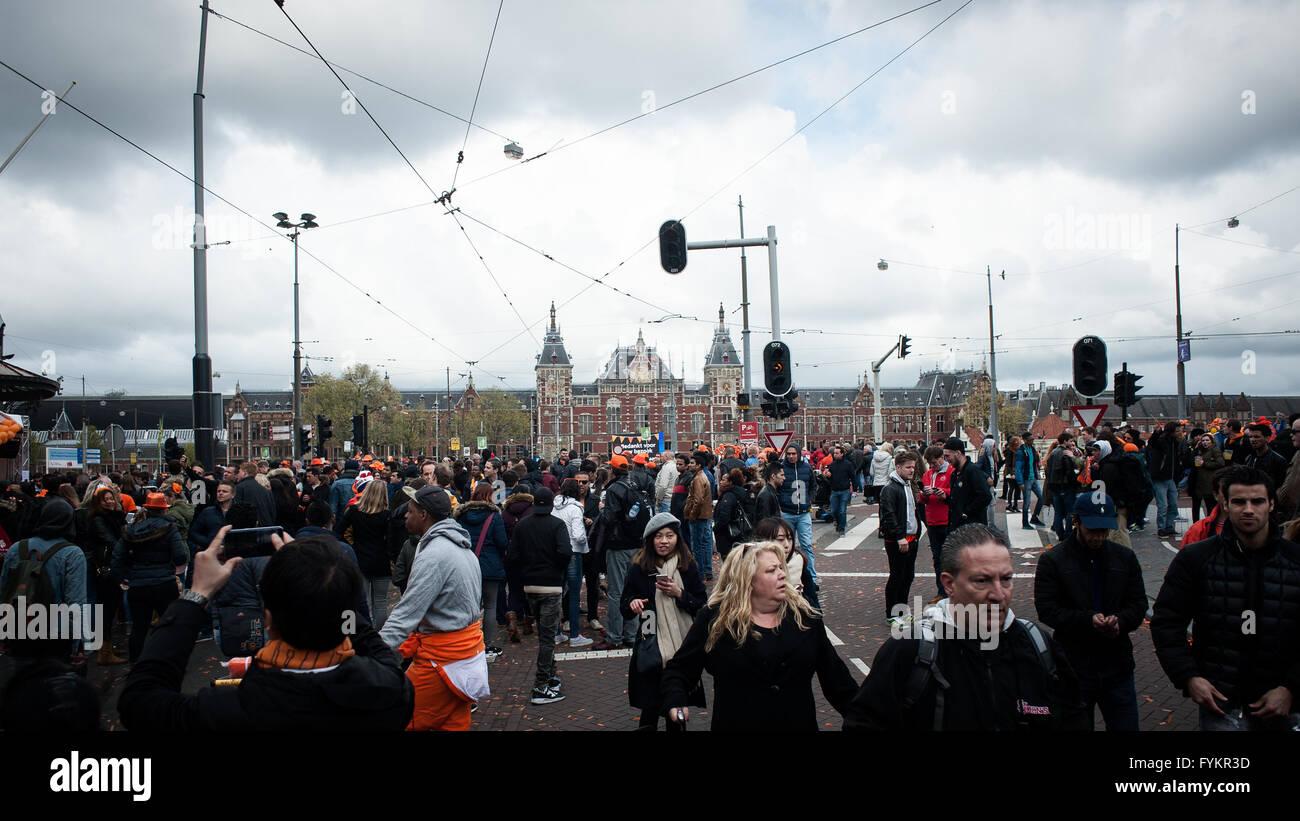 Amsterdam, Países Bajos. 27 abr, 2016. Cientos de miles de personas en los Países Bajos celebran hoy el Imagen De Stock