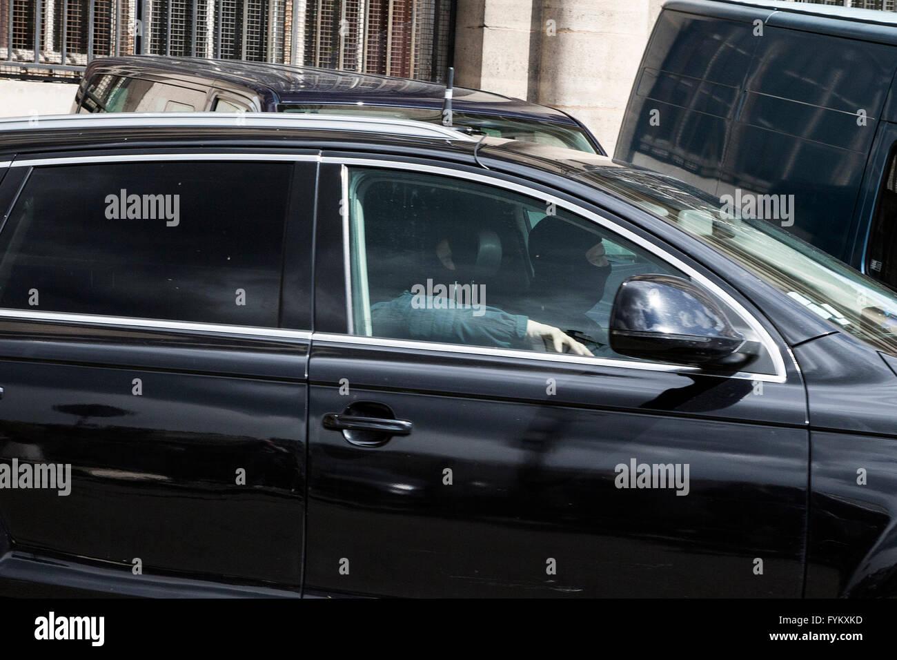 París, Francia. 27 abr, 2016. Unidad de la fuerza de tarea francesa escorts Salah Abdeslam desde el Palacio de Justicia Foto de stock