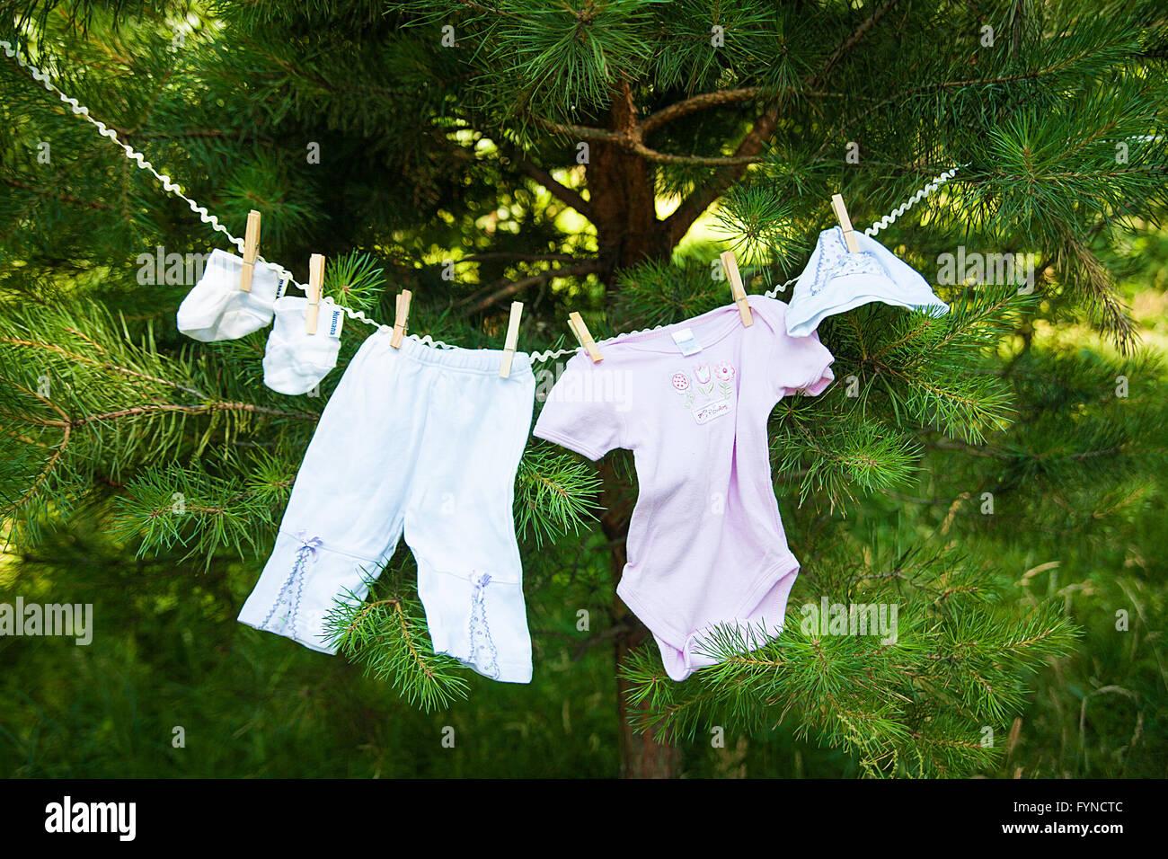 Bebé ropa colgada en el tendedero Foto de stock
