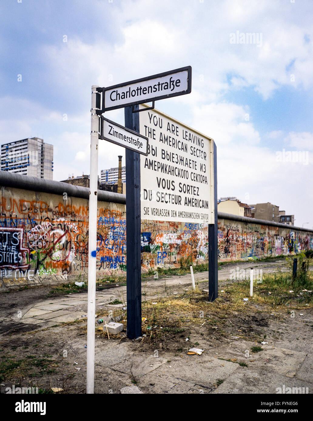 Agosto de 1986, dejando el sector americano señal de advertencia, señales de calle Zimmerstrasse graffitis, Imagen De Stock