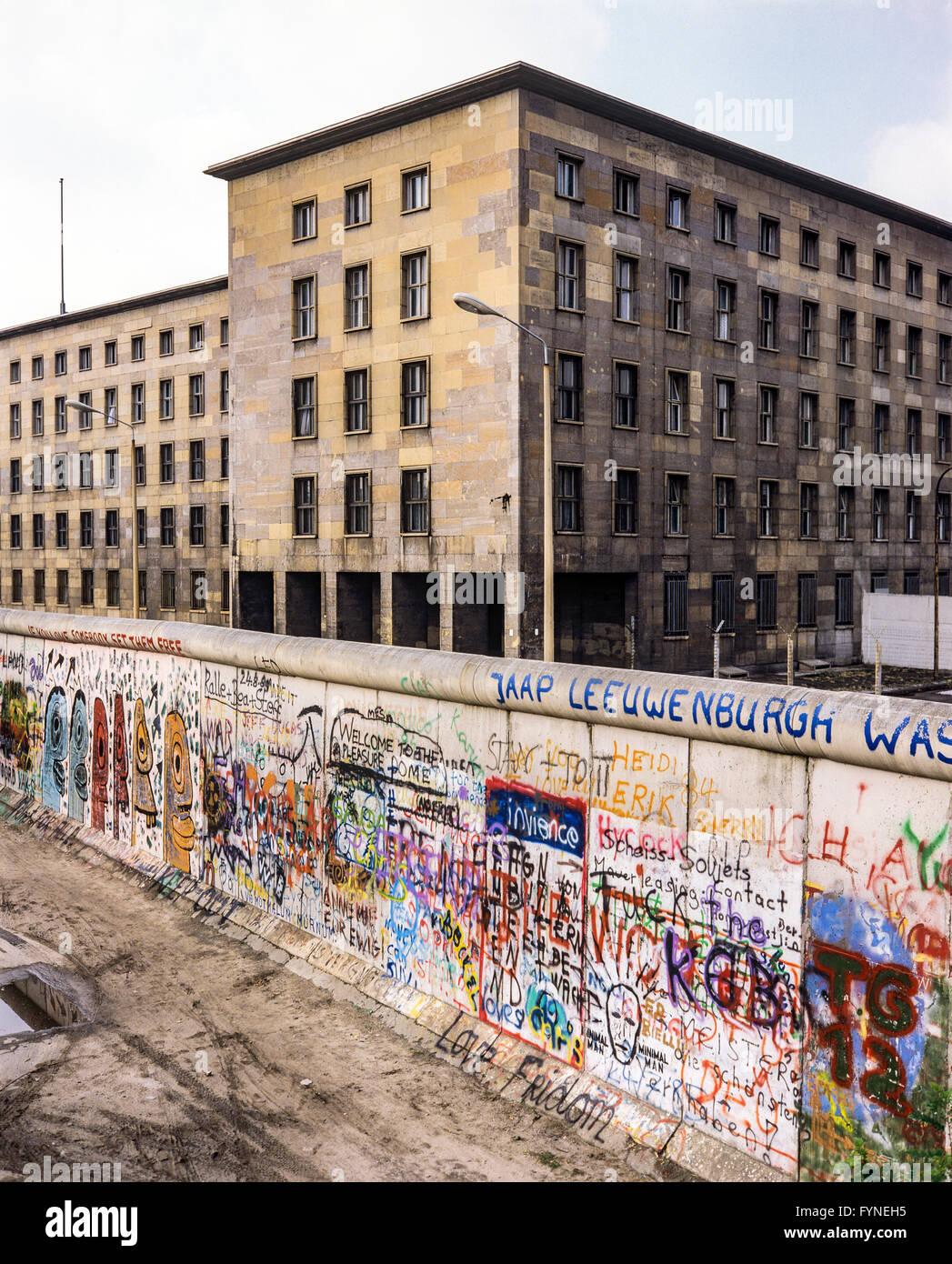 Agosto 1986, graffitis en el muro de Berlín, Berlín oriental, los edificios de la calle Zimmerstrasse, Imagen De Stock