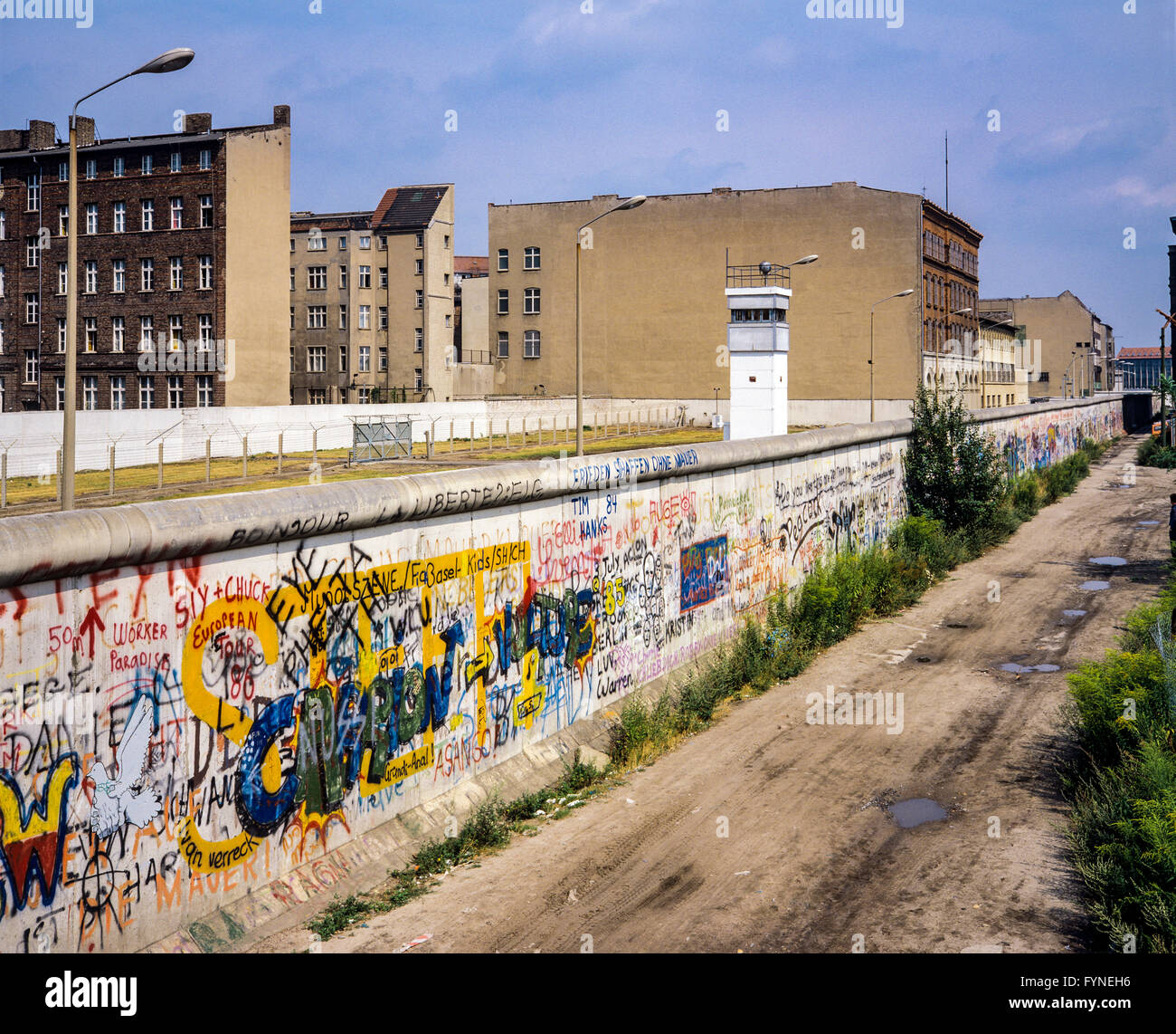 Agosto 1986, graffitis en el muro de Berlín, Berlín oriental atalaya, franja de muerte, calle Zimmerstrasse, Imagen De Stock