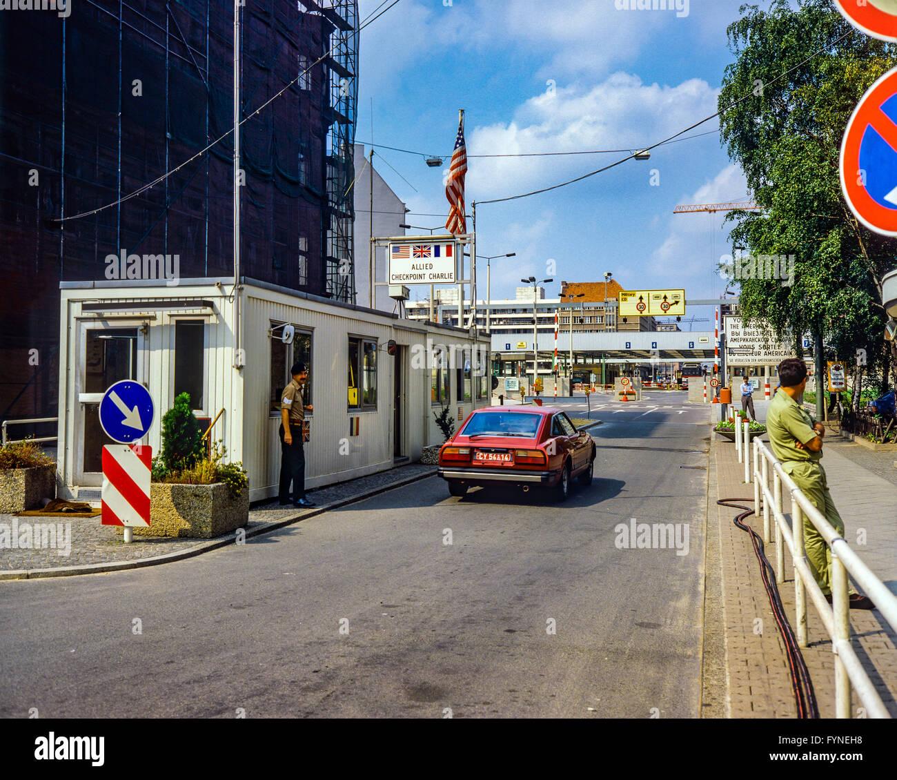 Agosto de 1986, Allied Checkpoint Charlie, la policía militar británica, coche rojo, la calle Friedrichstrasse, Imagen De Stock