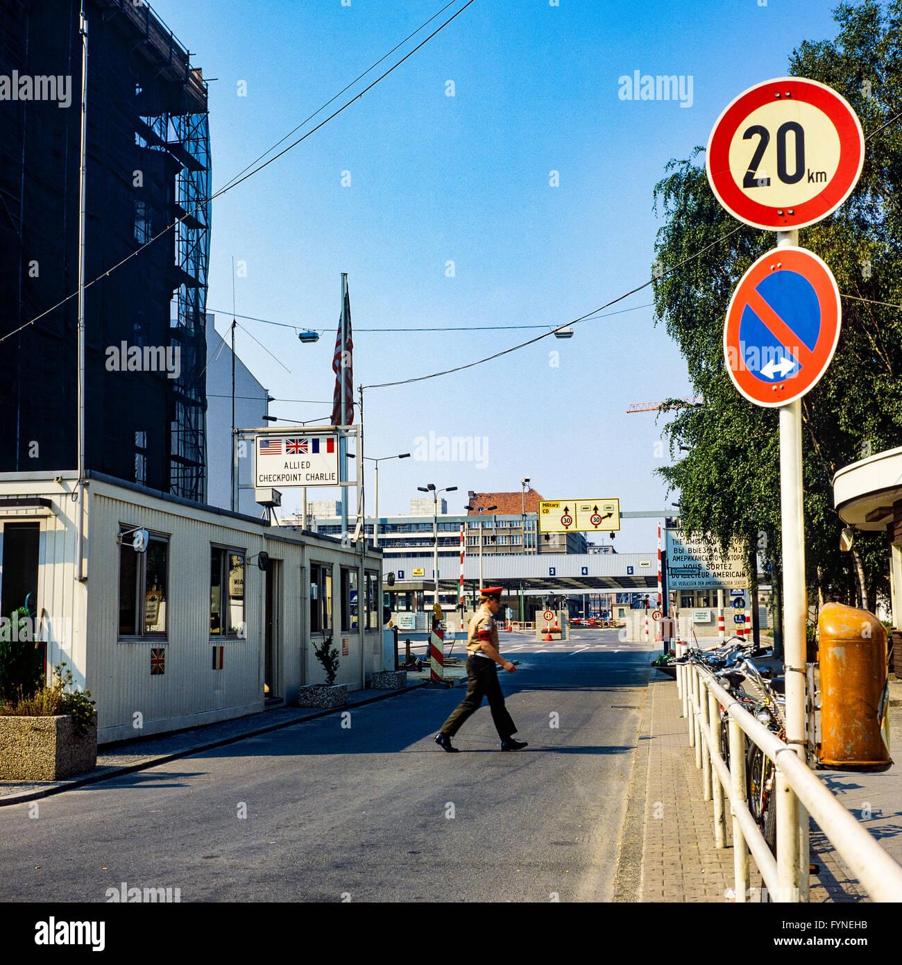 Agosto de 1986, Allied Checkpoint Charlie, la policía militar británica, la calle Friedrichstrasse, Kreuzberg, Imagen De Stock