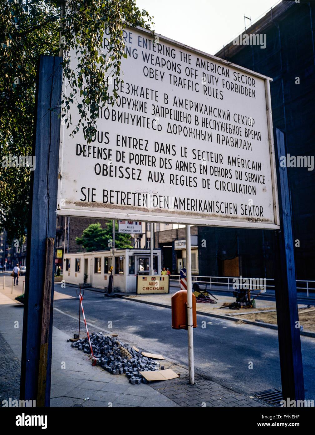 Agosto de 1986, entrando en sector americano signo de advertencia en Allied Checkpoint Charlie, la calle Friedrichstrasse, Imagen De Stock