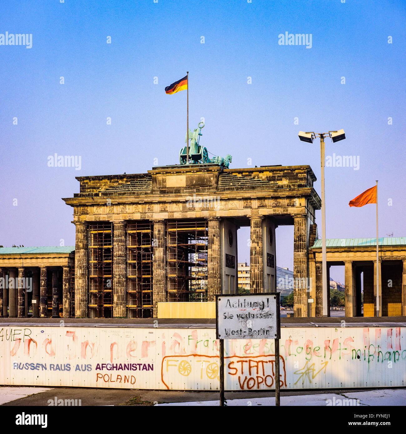 Agosto de 1986, el muro de Berlín y la Puerta de Brandenburgo en Berlín Oriental, Berlín occidental, Imagen De Stock