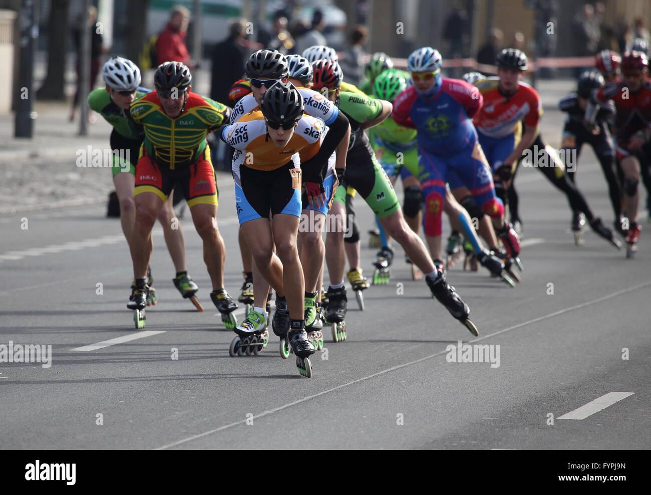 Gran grupo de patinadores en línea competir en el medio maratón de Berlín 2016 Foto de stock