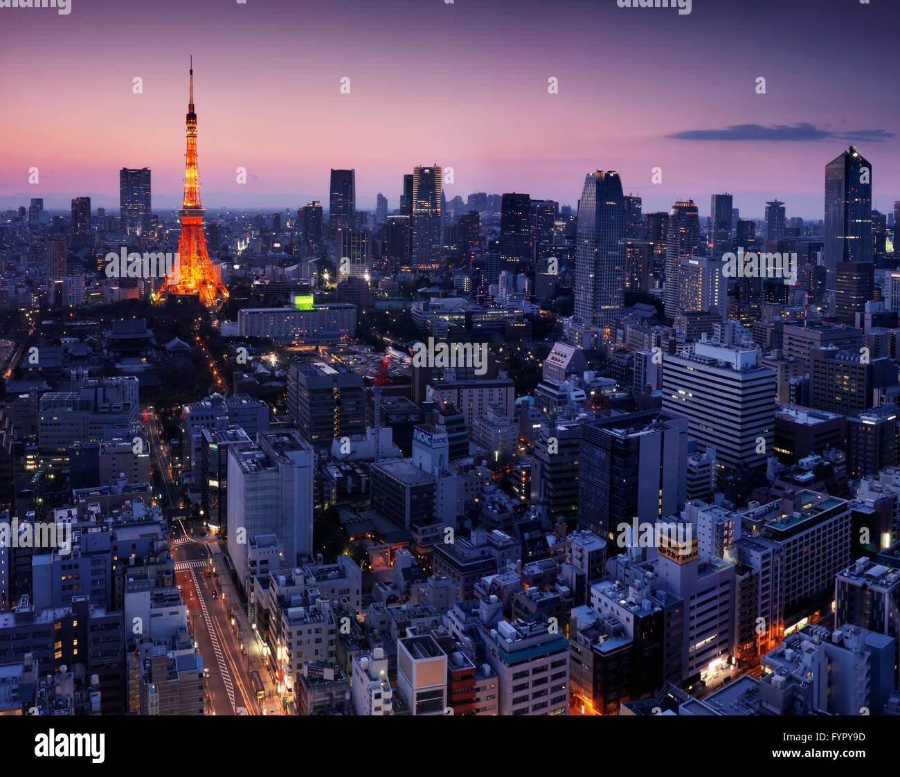 Paisaje urbano de antena con la Torre de Tokyo iluminada en penumbra, Minato, Tokio, Japón Foto de stock