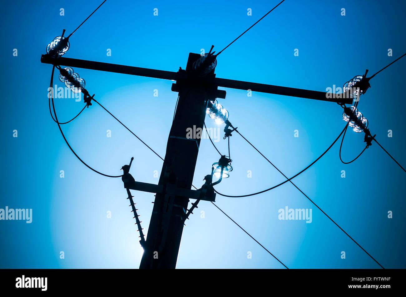 0verhead cables de electricidad de alta tensión sobre el poste de hormigón - Francia. Imagen De Stock