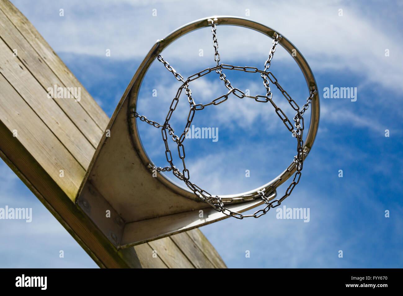 Buscando en el baloncesto o el aro de baloncesto Imagen De Stock