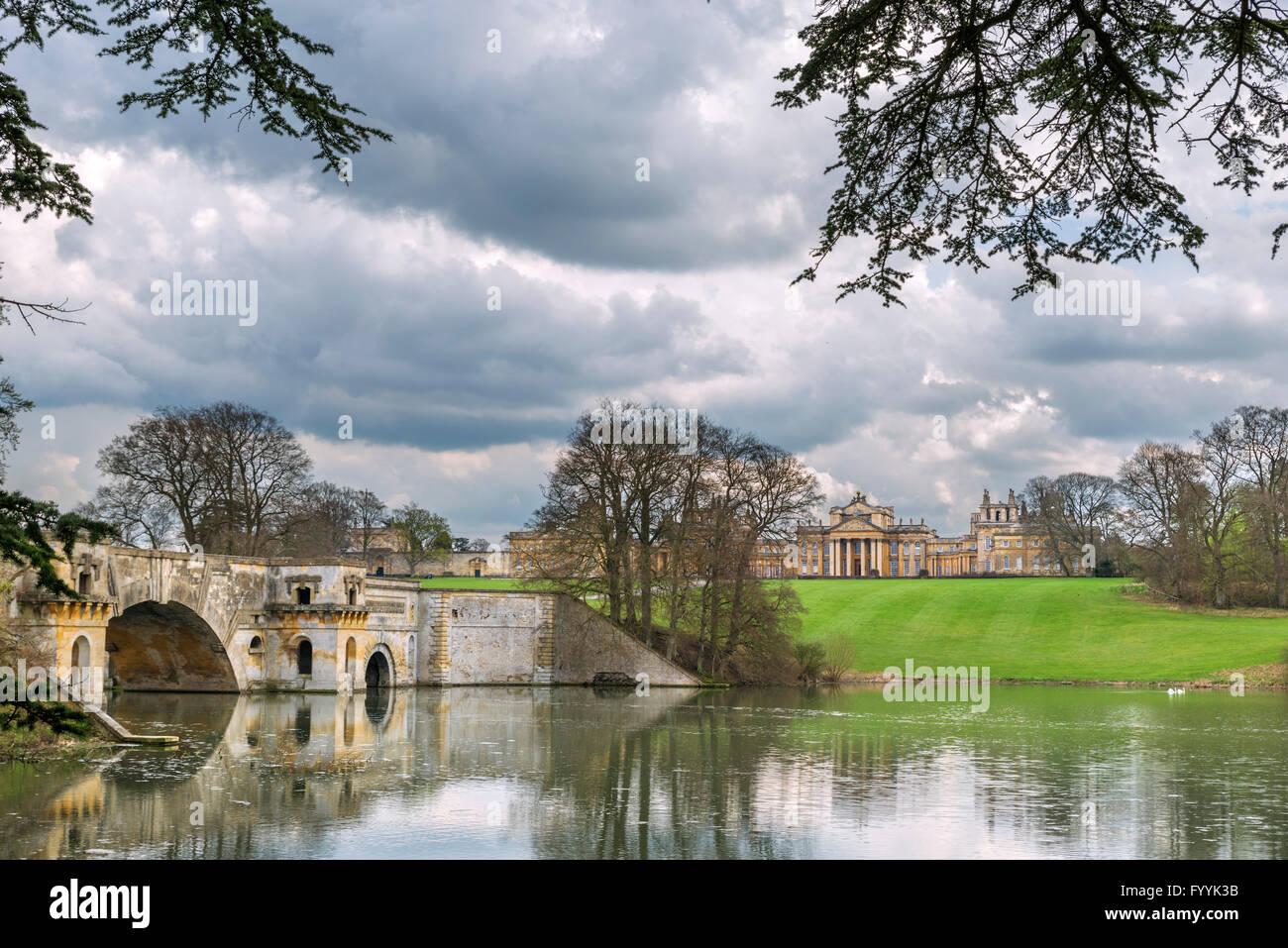 Vanbrugh del Gran Puente mirando hacia el Palacio de Blenheim, Woodstock, Oxfordshire, REINO UNIDO Imagen De Stock
