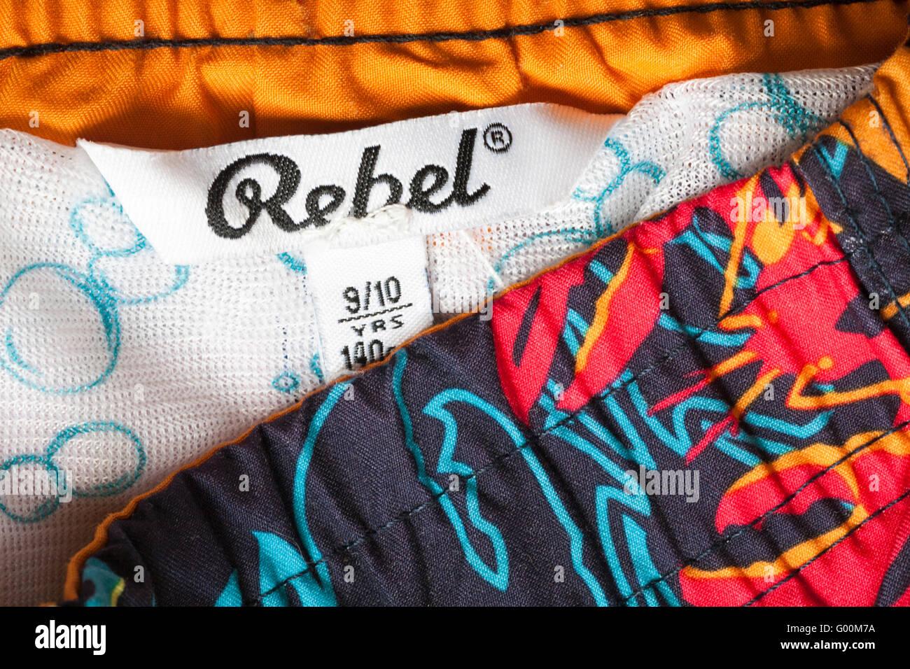 Etiqueta rebelde en niño shorts 9/10 años de edad Imagen De Stock