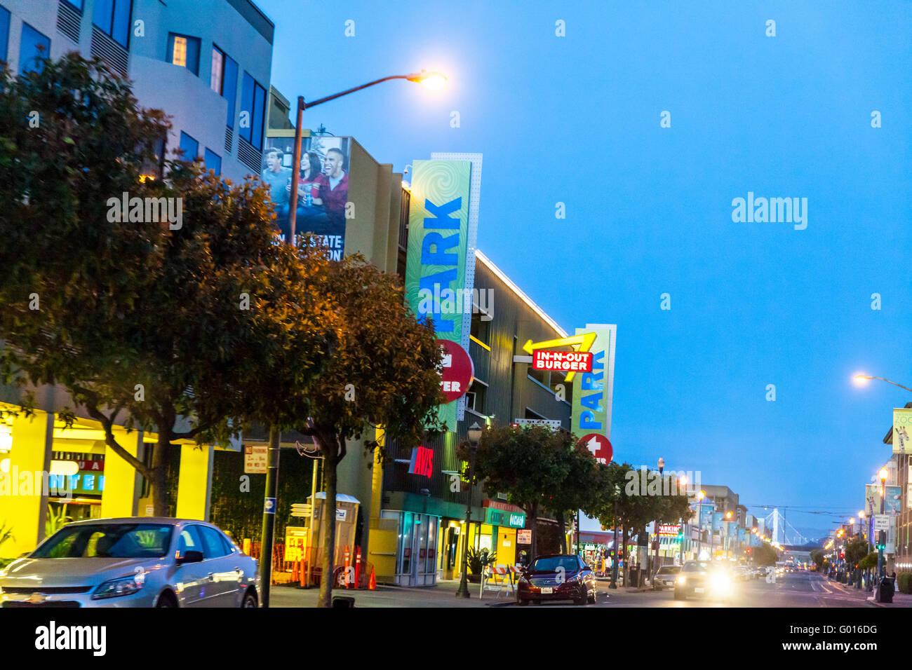 Una fila de tiendas con un en-N-Out Hamburger store en Beach Street cerca de Fisherman's Wharf en San Francisco, Imagen De Stock