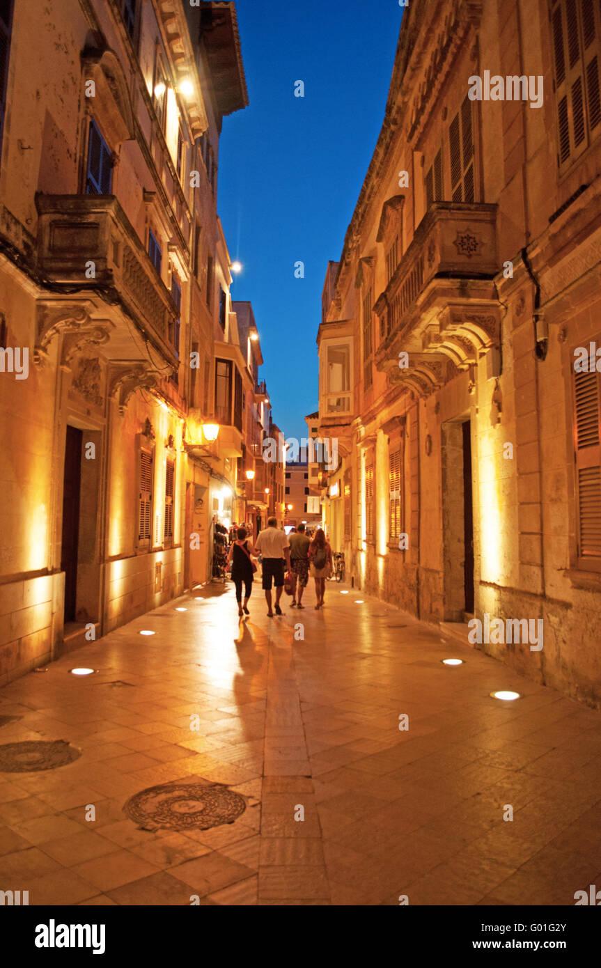 Menorca, Islas Baleares, España, Europa: palacios en las calles de Ciutadella tras la puesta de sol, vista Imagen De Stock