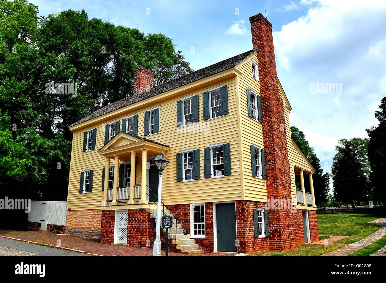 Old Salem, Carolina del Norte: Amplio marco de madera de finales del ...