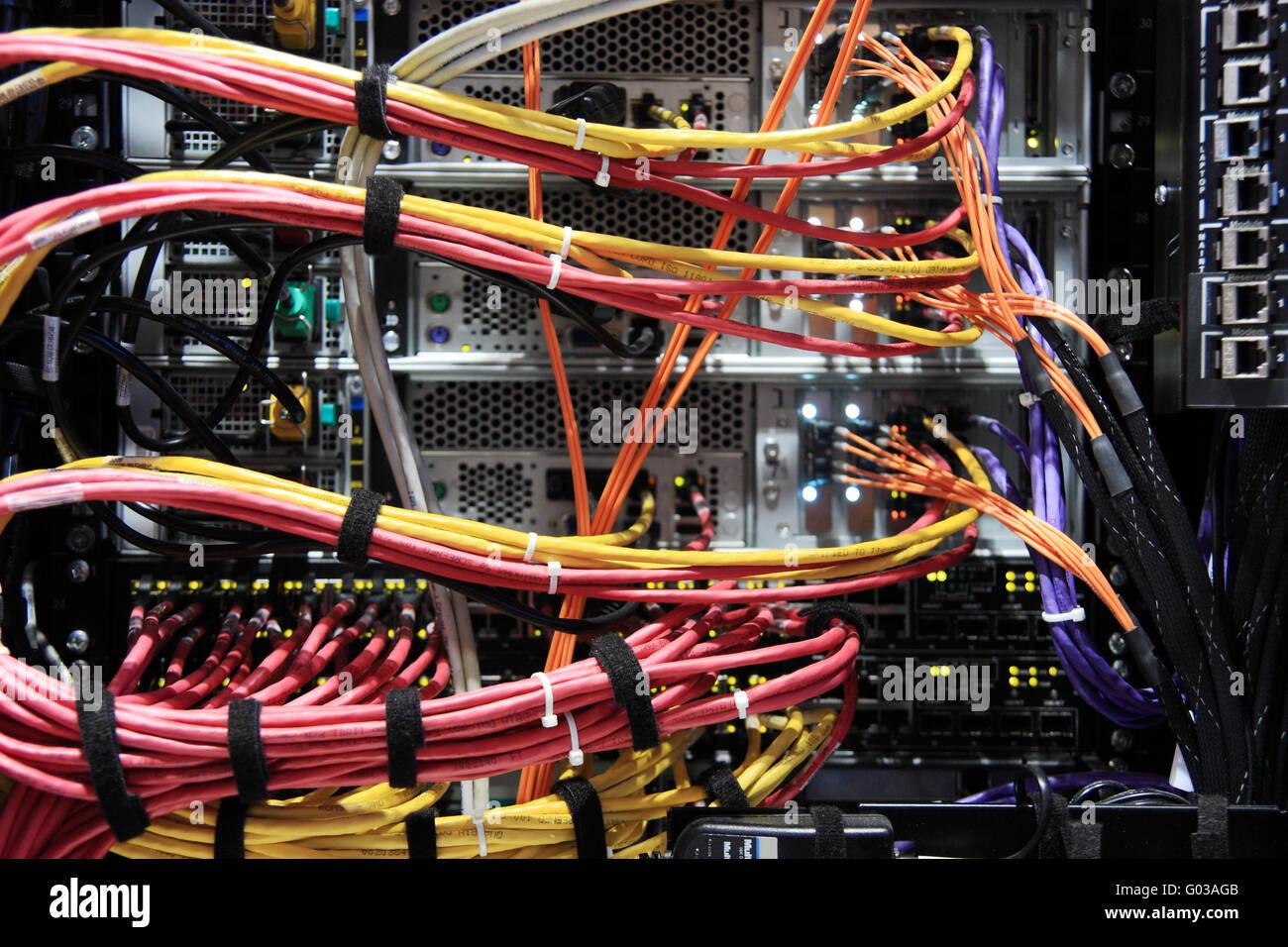 Parte trasera del bastidor con los cables. Foto de stock