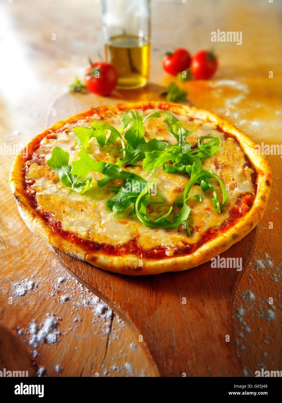 Cocinados enteros de queso y tomate Pizza Margherita con rocket Foto de stock