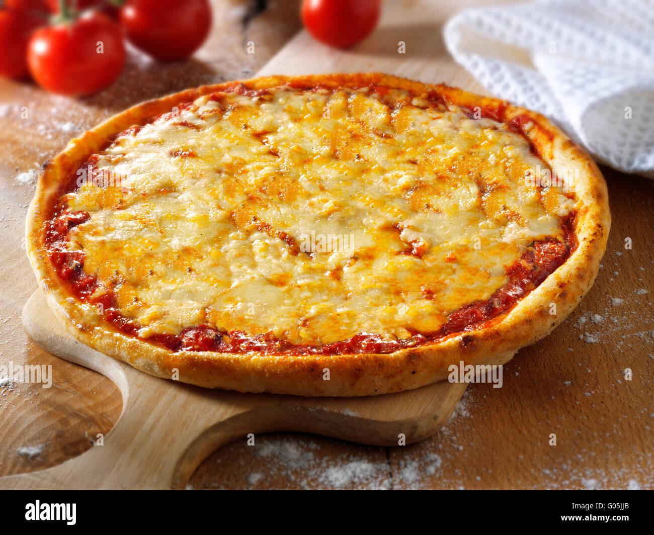 Cocinados enteros de queso y tomate Pizza Margherita Foto de stock