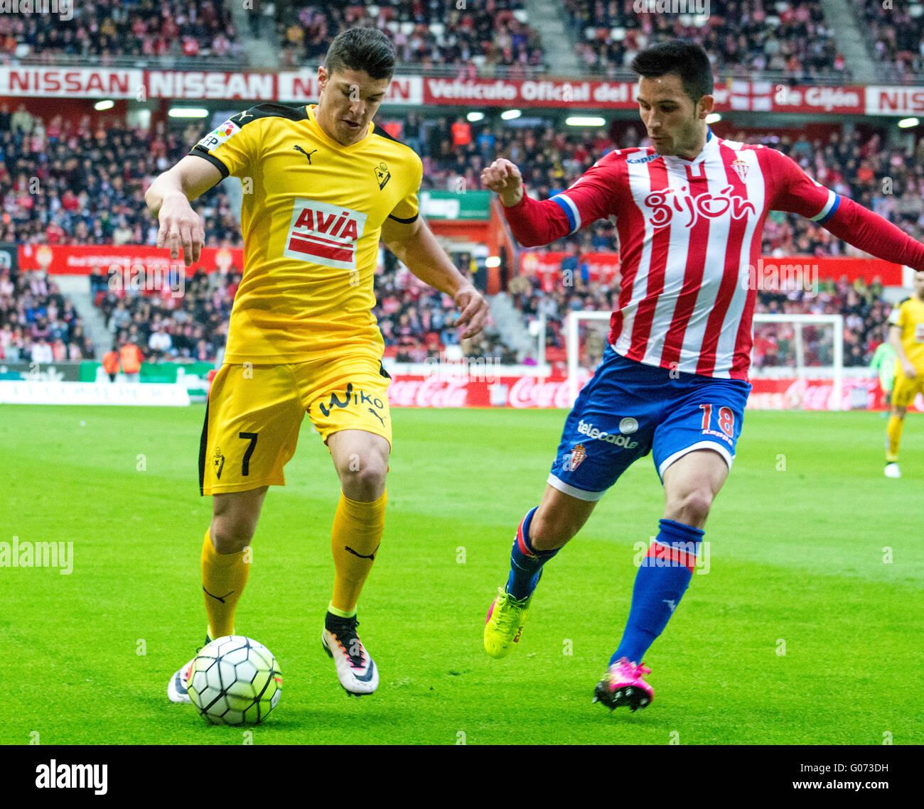 Gijón, España. 29 de abril, 2016. Ander Capa (defensor, SD Eibar) en acción cubierto por Isma López (centrocampista Foto de stock