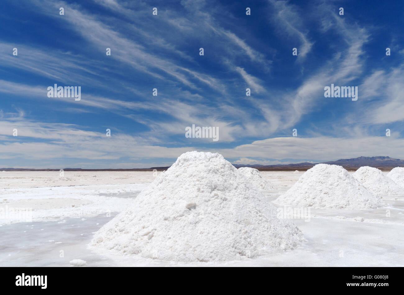 Montones de cavado el Salar de Uyuni, en el sudoeste de Bolivia Imagen De Stock