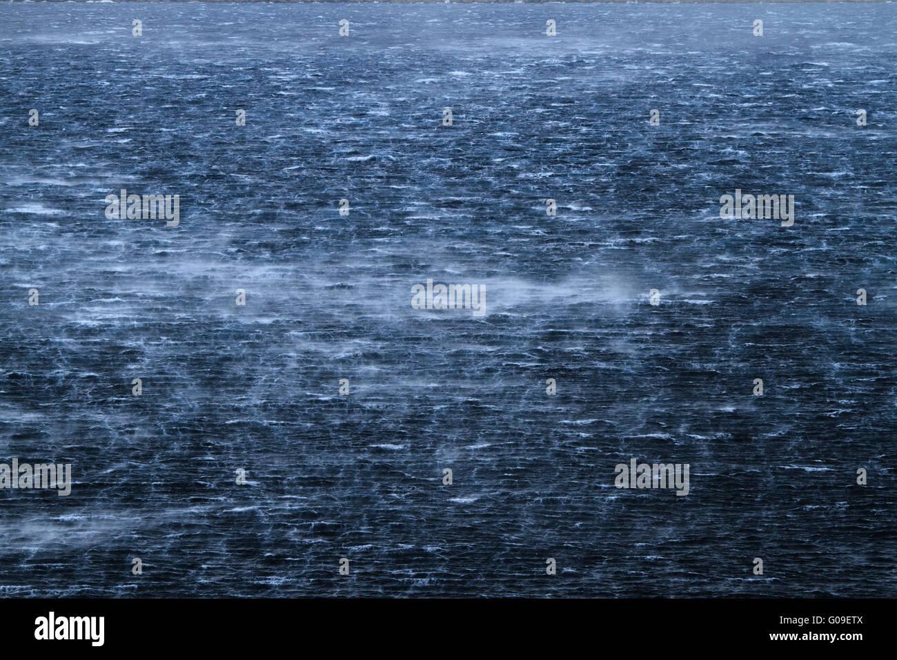 Mar embravecido con olas furiosas y feroz viento Imagen De Stock