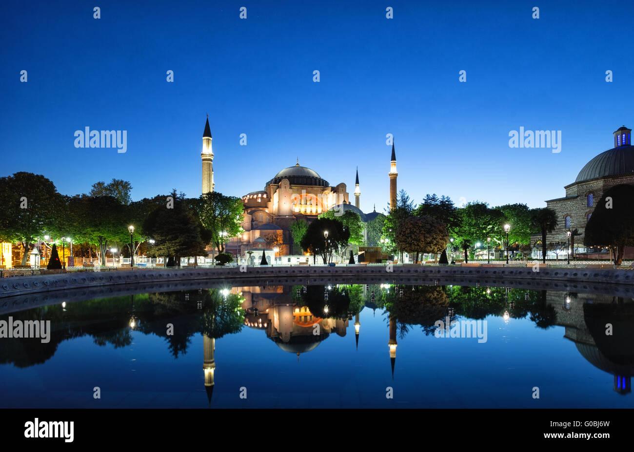 Hagia Sophia mezquita con reflexión. Estambul, Turquía. Imagen De Stock