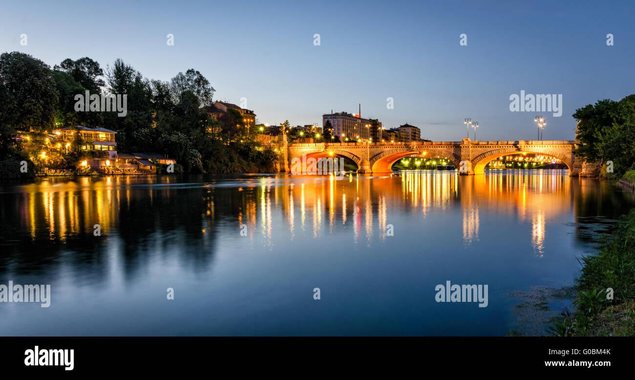 Turín (Torino) río Po y el puente Umberto I en la hora azul Foto de stock