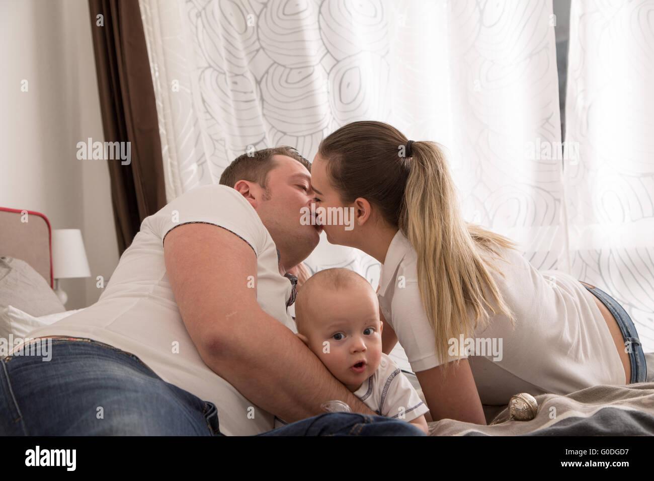 Familia Feliz con su hijo Imagen De Stock