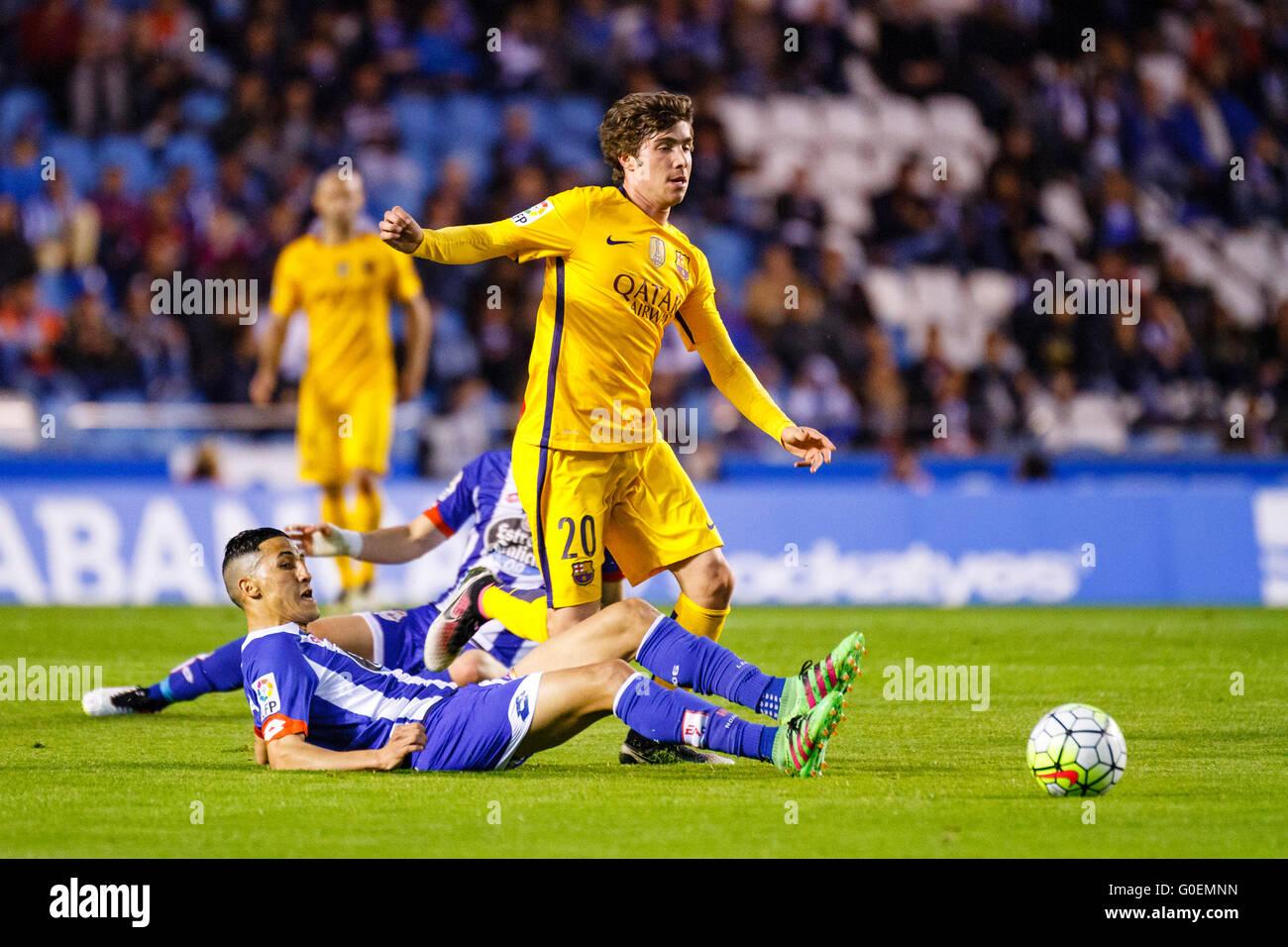 Fayçal Fayr roba el balón a Sergi Roberto durante la Liga BBVA partido  entre el RC Deportivo de La Coruña y el FC Barcelona en el Estadio de Riazor  el 20 de ... 4171f84a32391